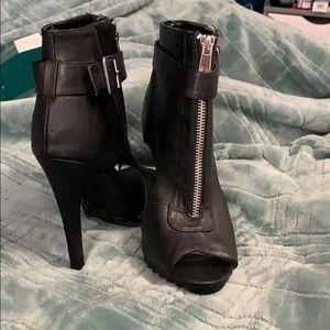 Heels in black with zipper in the front